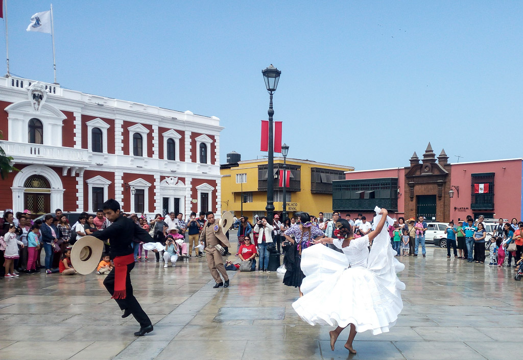 Marinera dance Main square Trujillo in the north of Peru, has much to offer. Such as beach, surf and inca ruins close by. Here are 6 things to do in Trujillo.